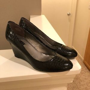 Bandolino Transpose Black Snakeskin Wedge Pumps 9